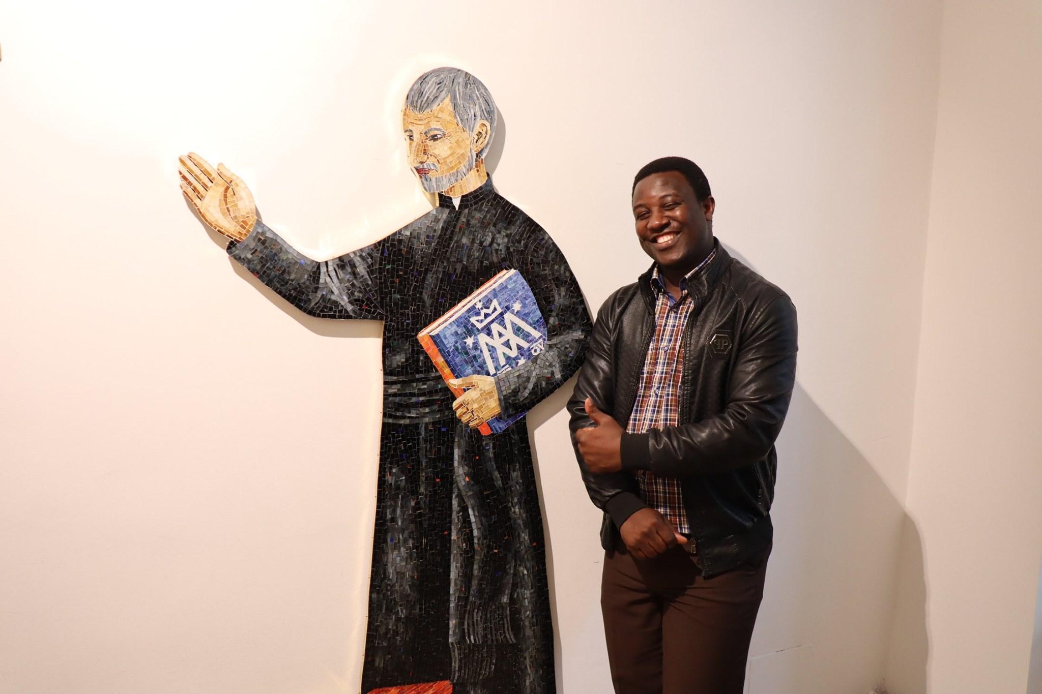 Pater Gerald vor dem Calasanz-Mosaik in St. Thekla